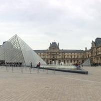 lourve-paris-courtyard
